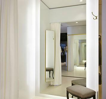 Umkleide mit hinterleuchtetem Spiegel.