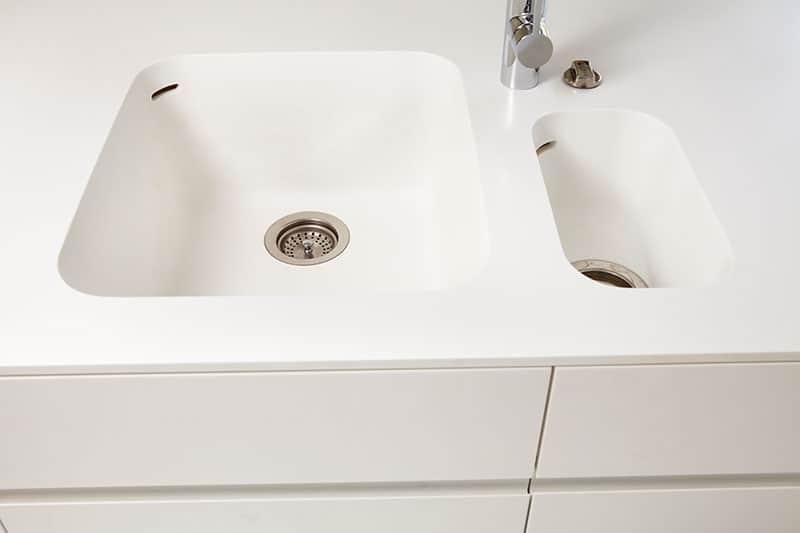 Küchen Arbeitsplatte mit fugenlos integrierter Spüle aus Mineralwerkstoff.