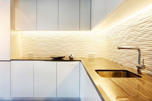 Küchenrückwand aus Corian profiliert und Arbeitsplatte aus 'Silestone'
