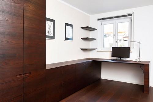 Arbeitszimmer mit Einbaumöbeln aus Akazie geräuchert und gewachst.