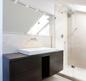 Badezimmer mit Waschtischunterschrank aus Eiche gräuchert mit Schubläden.