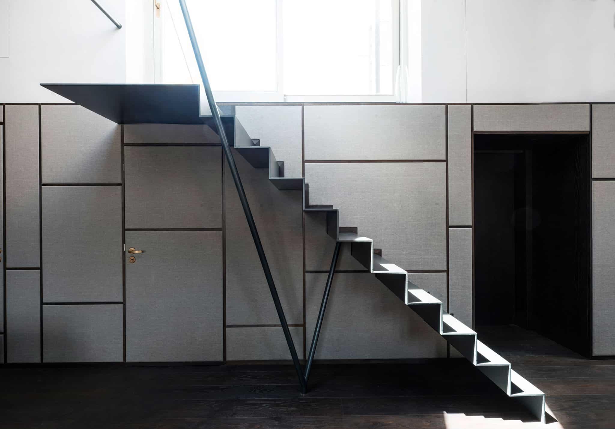 01-Loft-Wohnbereich-Stoffbespannte-Wandverkleidung-Treppe
