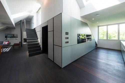 02-Loft-Kueche-Wohnbereich-Wandverkleidung-Serverschrank
