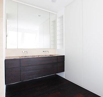 Badezimmer, Waschtischunterschrank in Akazie geräuchert und Einbauschrank mit Oberflächen aus Schleiflack